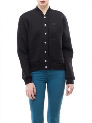 Modell i en DrDenim Jade Jacket Black framifrån