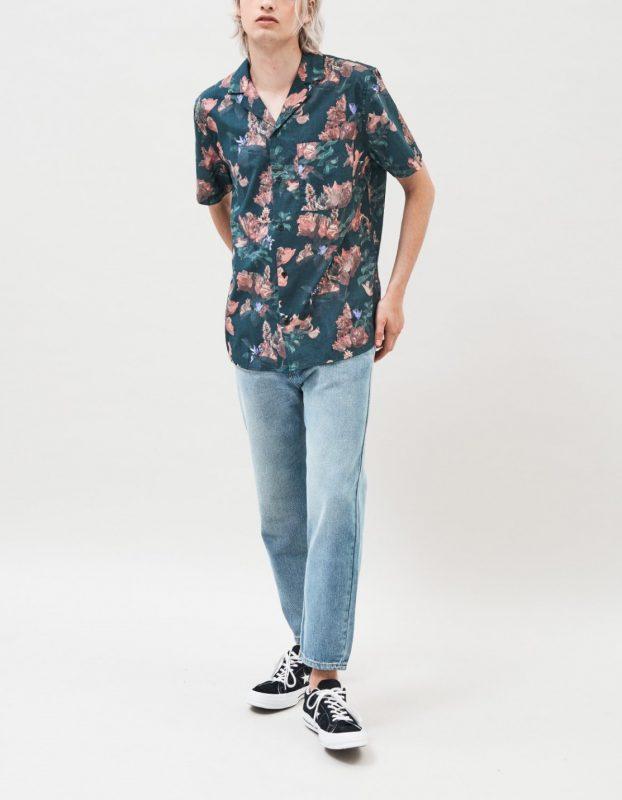 Modell i en DrDenim Kai Short Sleeve Shirt Flame Flower