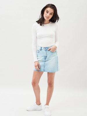 Modell i en DrDenim Mallory Denim Skirt