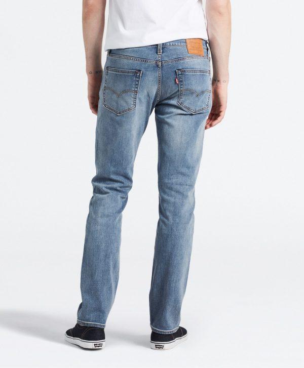 Modell i ett par Levis 511 Slim Fit Jeans Aegan Adapt bakifrån