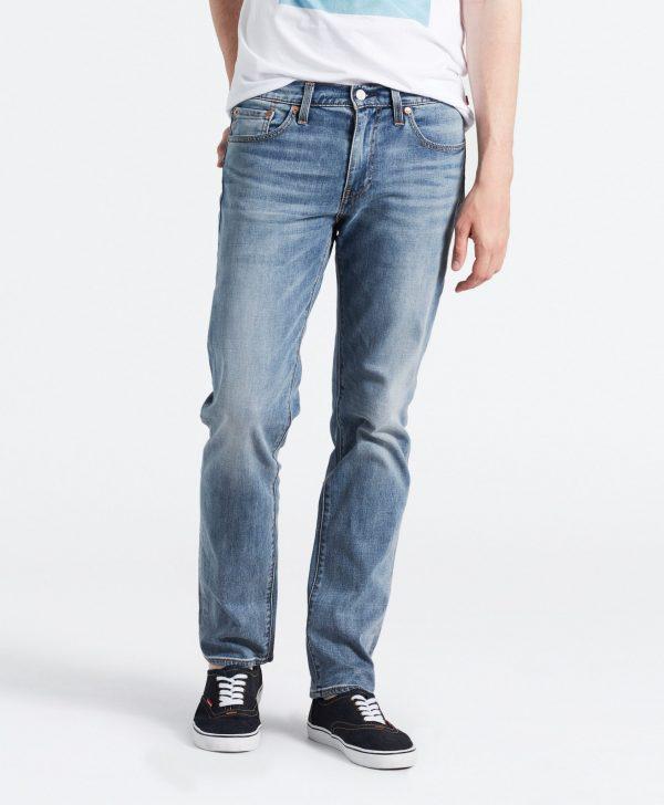 Modell i ett par Levis 511 Slim Fit Jeans Aegan Adapt framfrån