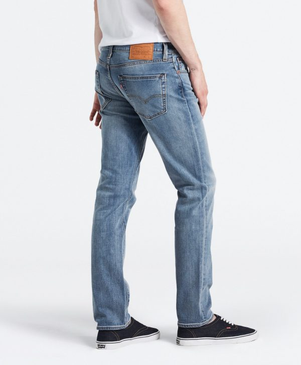 Modell i ett par Levis 511 Slim Fit Jeans Aegan Adapt från sidan