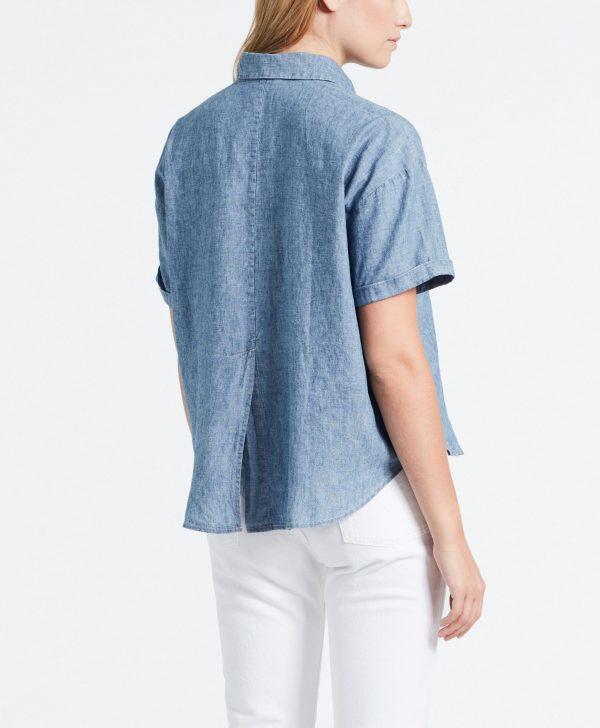 Modell i en Levis Maxine Shirt bakifrån