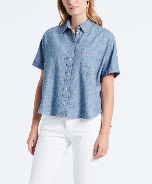 Modell i en Levis Maxine Shirt framifrån