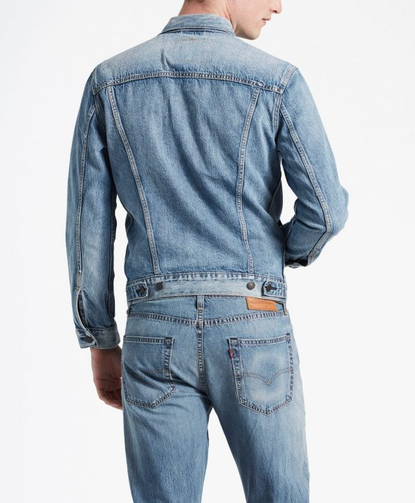 Modell i en Levis The Trucker Jacket Killebrew Trucker bakifrån