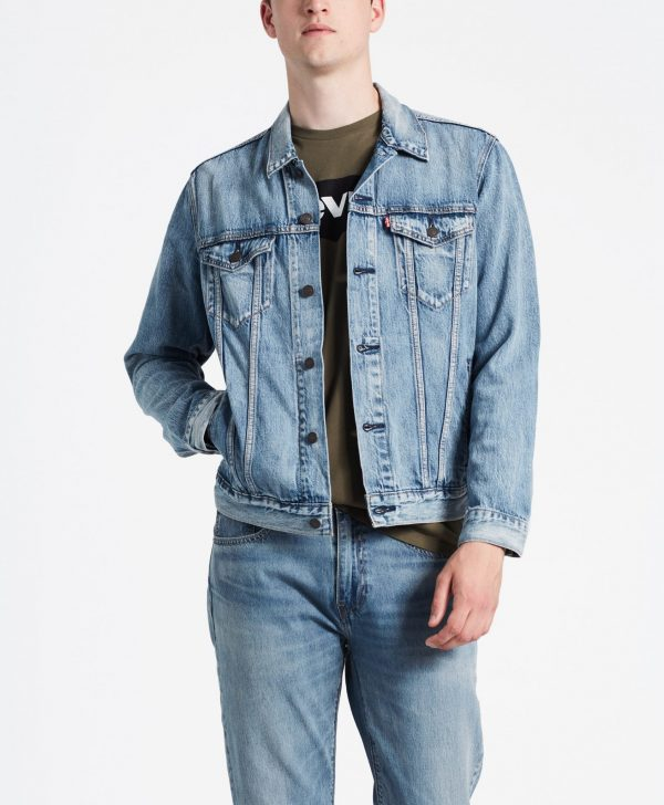 Modell i en Levis The Trucker Jacket Killebrew Trucker framifrån