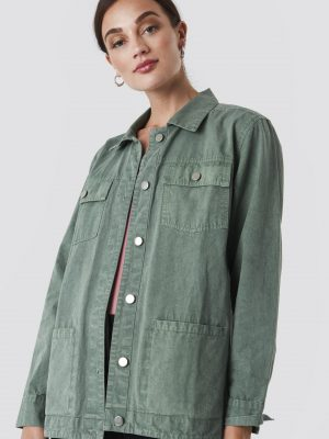 Modell i en Rut&Circle Cargo Jacket