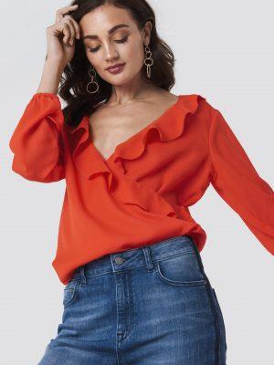 Modell i en Rut&Circle Jessica Wrap Frill Blouse