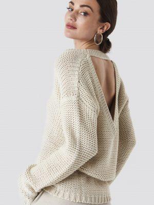 Modell i en Rut&Circle Liza Deep Back Knit