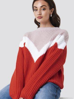Modell i en Rut&Circle Block V-Knit Pink Comb