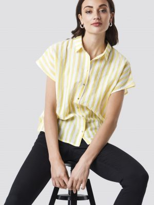 Modell i en Rut&Circle Striped Shortsleeve Blouse Yellow