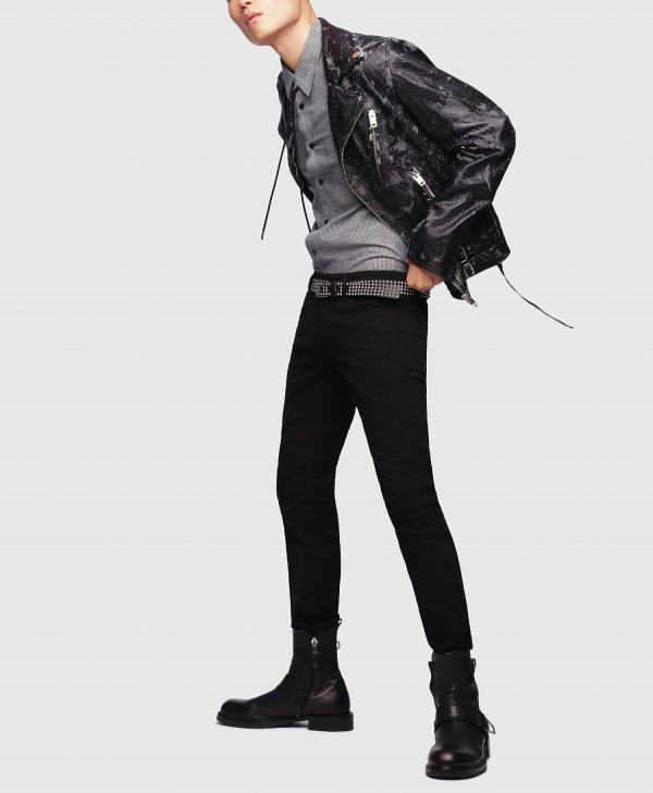 Modell i ett par Sleenker Stay Black från sidan