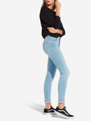 Modell i ett par Wrangler High Rise Skinny Soft tide från sidan
