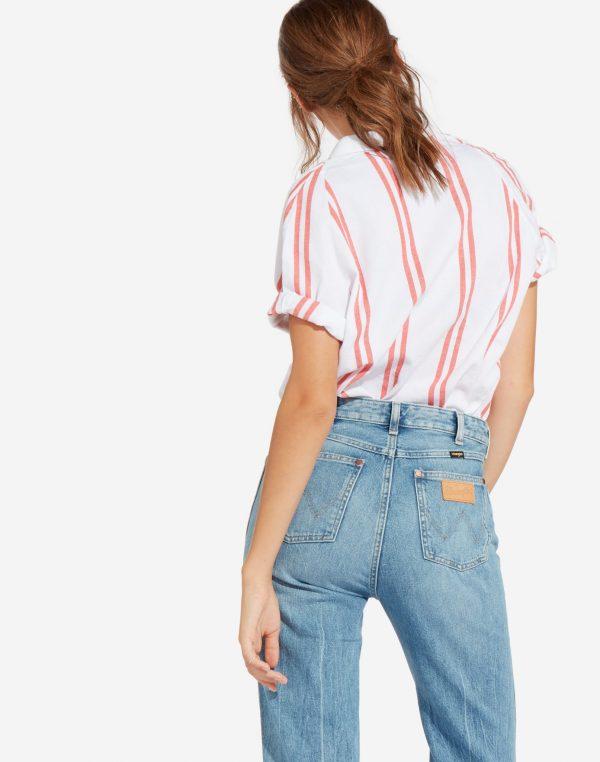 Modell i en Wrangler Shortsleeve Shirt Dubarry bakifrån
