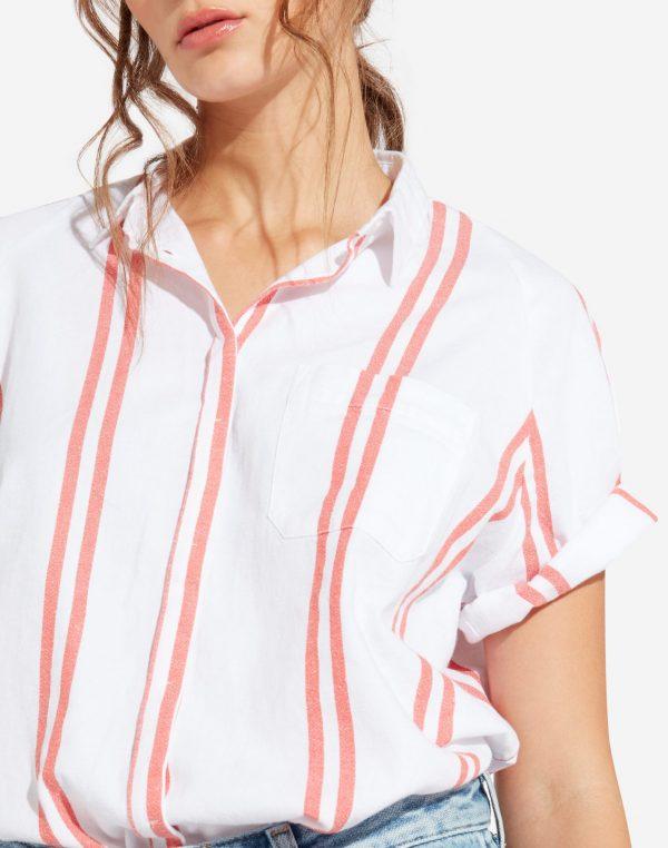 Modell i en Wrangler Shortsleeve Shirt Dubarry framifrån