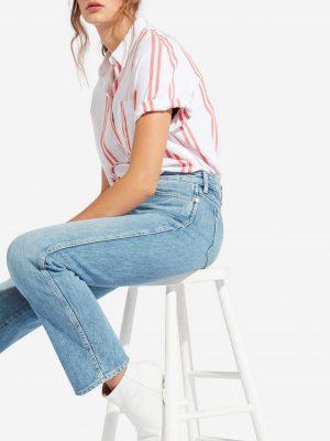 Modell i en Wrangler Shortsleeve Shirt Dubarry från sidan