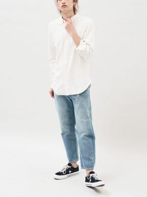 Modell i en DrDenim Pete Shirt Crude Ivory