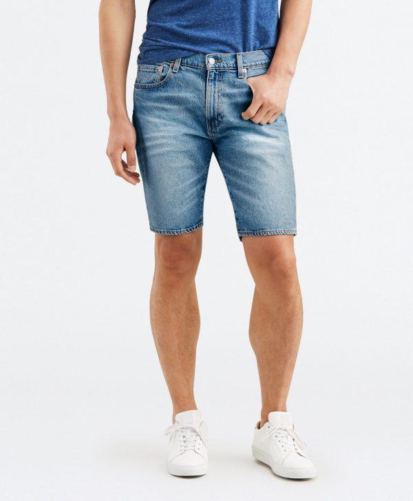 Modell i ett par Levis 502 Taper hemmed shorts Harbour framifrån