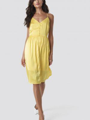 Modell i en Rut&Circle Button Satin Dress