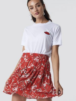 Modell i en Rut&Circle Frill Skirt Red Comb