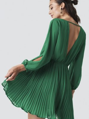 Modell i en Rut&Circle Wrap Pleat Dress Preppy Green