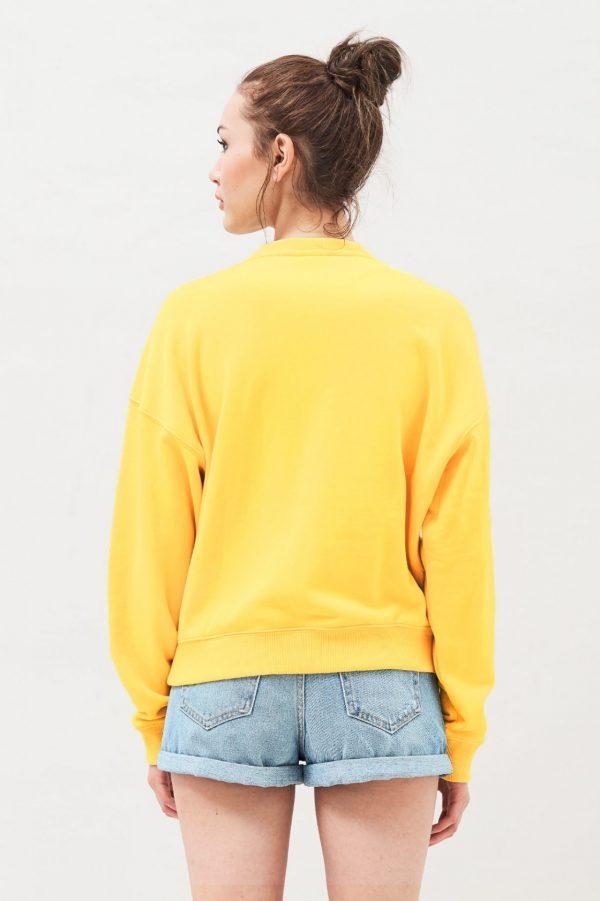 Modell i en DrDenim Glade Sweater Pineapple Revery bakifrån