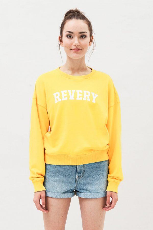 Modell i en DrDenim Glade Sweater Pineapple Revery framifrån