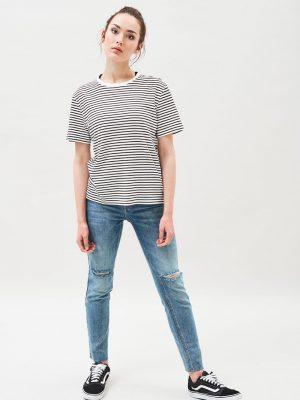 Modell i en DrDenim Java Tee Black Stripe