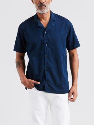 Modell i en Levis Classic Cubano Shirt Flat Finish Tencel framifrån