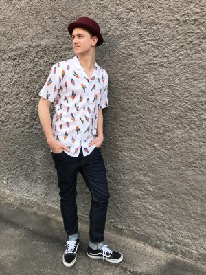 Modell i en Levis Cubano Shirt Little Parrots White framifrån