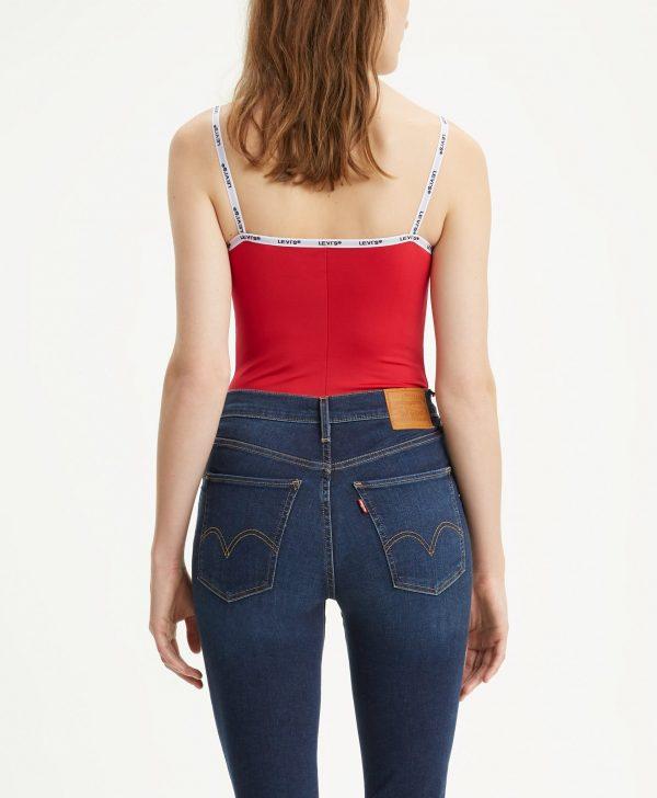 Modell i en Levis Paige Bodysuit Brilliant Red Bakifrån