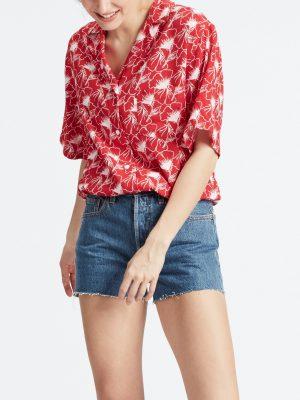 Modell i en Levis Paloma Shirt Flipped Floral Red framifrån