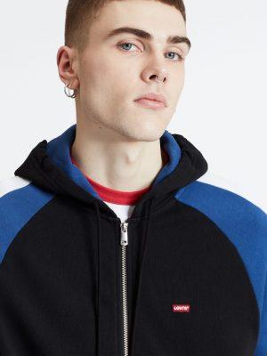 Modell i en Levis Pieced Fullzip Hoodie Black&Sodalite