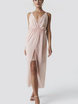 Modell i en Rut&Circle Wrap Long Dress