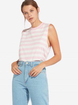 Modell i en Wrangler 80´s tank Cameo Pink front