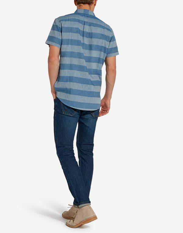 Modell i en Wrangler Shortsleeve Shirt bakifrån