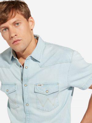Modell i en Wrangler Shortsleeve Shirt Bleached Indigo