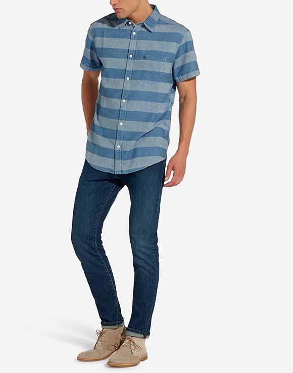 Modell i en Wrangler Shortsleeve Shirt framifrån