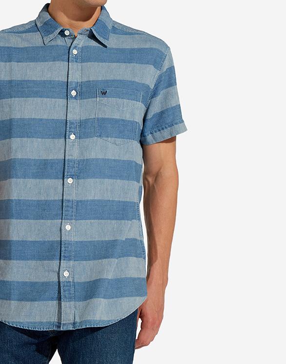 Modell i en Wrangler Shortsleeve Shirt W5860CL4E